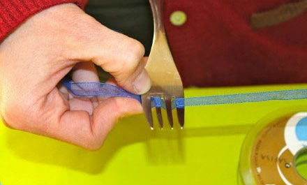 How to make tiny bows with a fork 2
