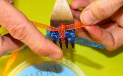 How to make tiny bows with a fork 6